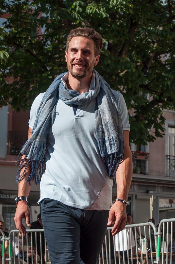 Манекен идя с ноской спорта одевает на модном параде в Мюлузе стоковая фотография rf