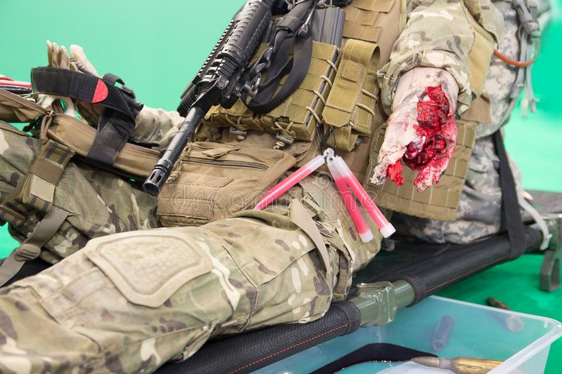 Манекен раненого бойца со строгой раной на растяжителе стоковые изображения rf