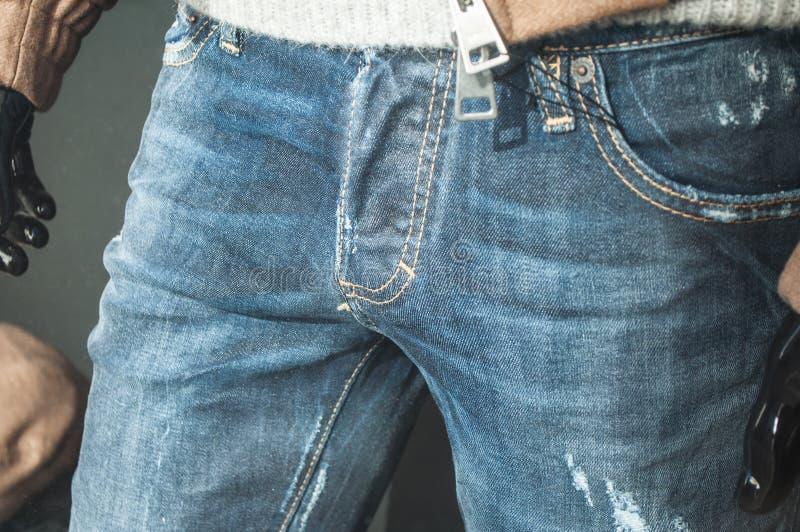 Манекен с голубым jean& x27; s в моде ходя по магазинам s людей стоковая фотография rf