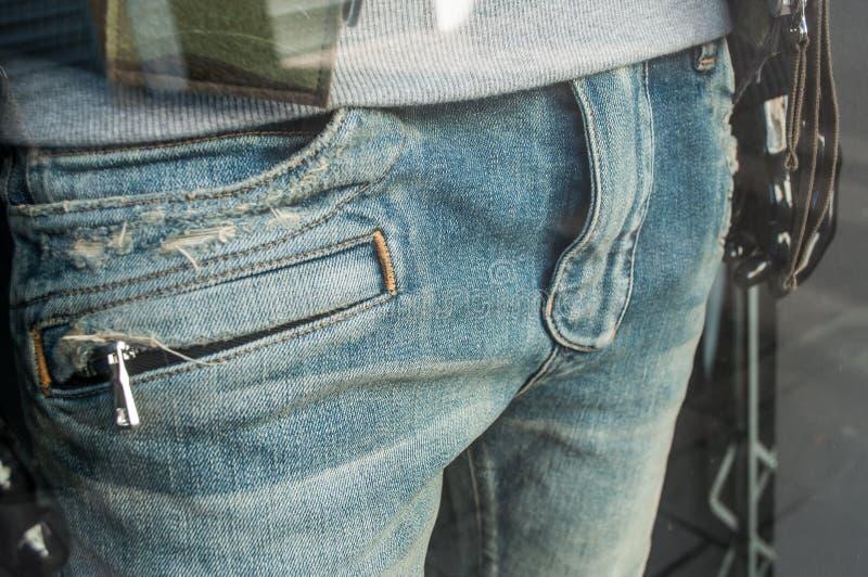 Манекен с голубым jean& x27; s в моде ходя по магазинам s людей стоковые изображения