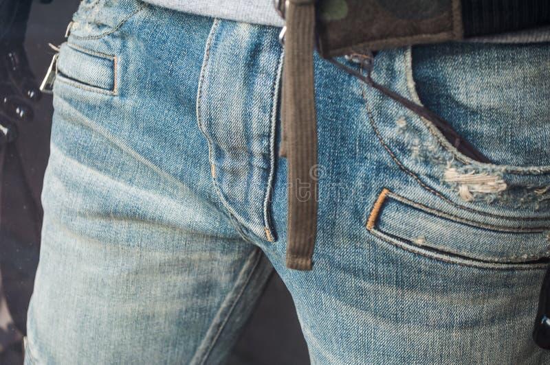 Манекен с голубым jean& x27; s в моде ходя по магазинам s людей стоковые фото