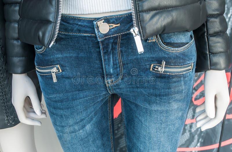 Манекен с голубым jean& x27; s в покупках моды женщин стоковая фотография rf