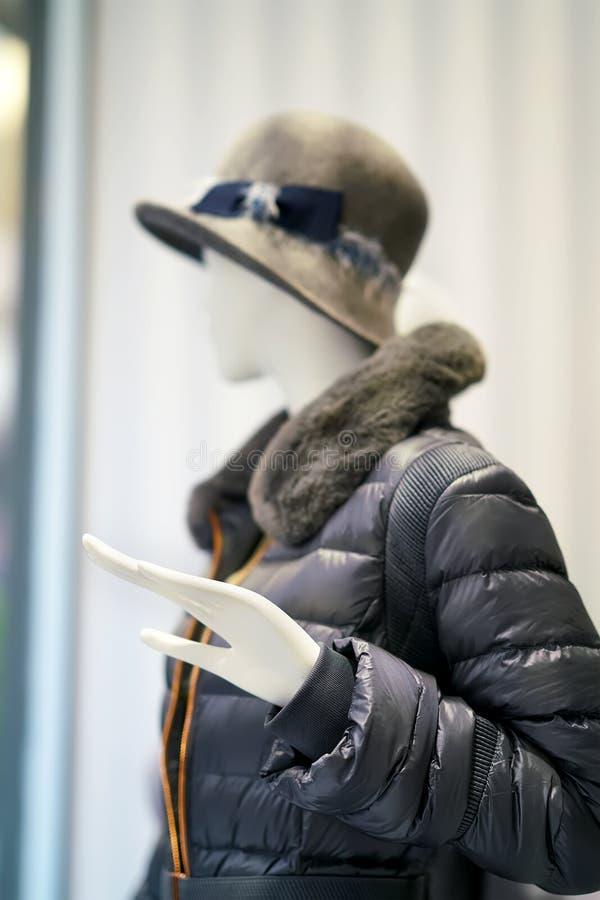 Манекен с курткой и шляпой стоковая фотография