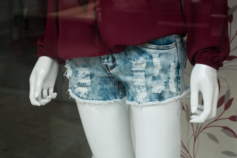 Манекен с jean& x27 краткости червя голубым; s в магазине покупок моды женщин стоковые изображения rf