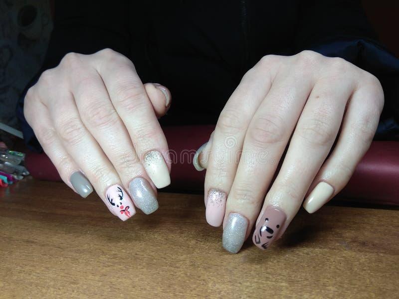 маникюрист великолепно сделал ее работу красивым маникюром с гель-гель на ладони, и клиент счастлив. стоковая фотография
