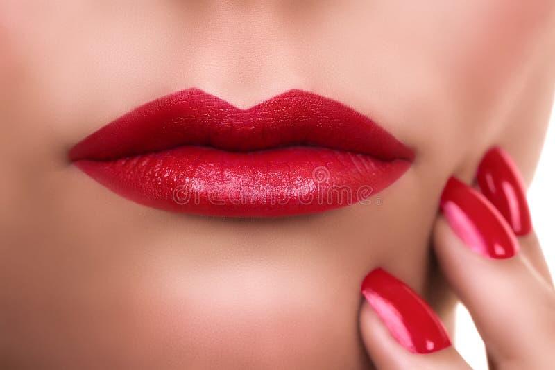 Маникюр губной помады женщины красный стоковое фото