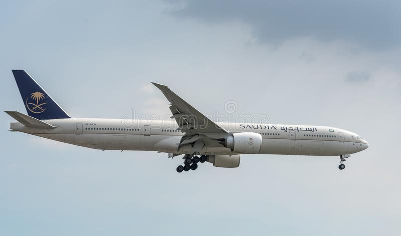 МАНИЛА, ФИЛИППИНЫ - 2-ОЕ ФЕВРАЛЯ 2018: Посадка HZ-AK35 Боинга 777 авиакомпаний Saudia Saudi Arabian Airlines в International Мани стоковые изображения rf