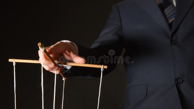 МАНИПУЛЯЦИЯ: бизнесмен манипулируя стоковые фотографии rf