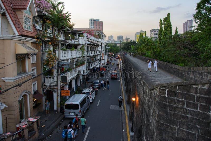 Манила, Филиппины - 7-ое марта 2016: взгляд улицы Muralla от стен Intramuros в Маниле стоковое фото