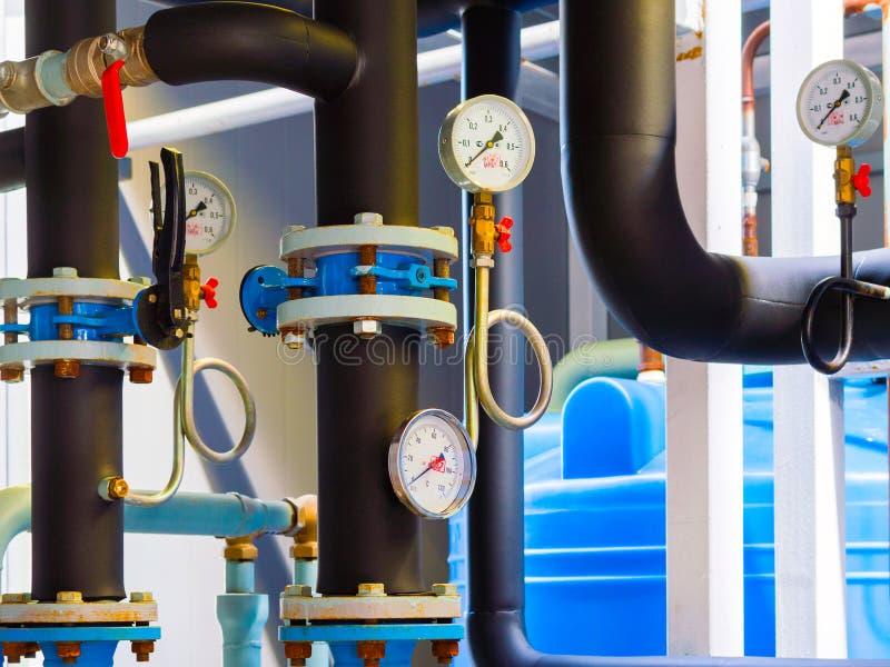 Манометры и термометр, трубы и клапаны faucet системы отопления в котельной стоковые изображения rf