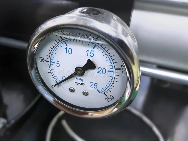 Манометр высокой гидравлической системы давления стоковые фотографии rf