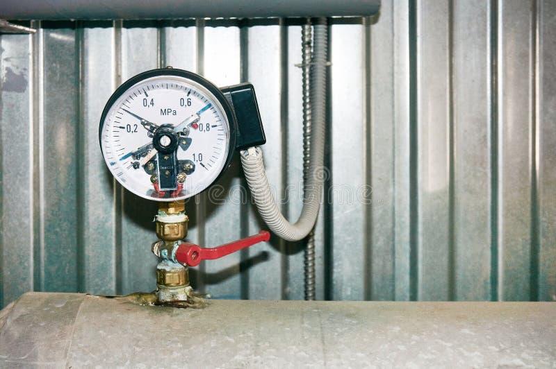 Манометр с электрическими контактами и соединенный провод установленный на трубопровод стоковые фотографии rf