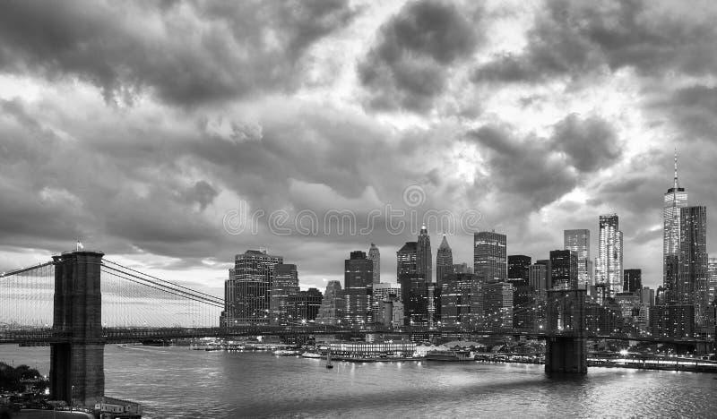 Манхаттан и Бруклинский мост на сумраке, Нью-Йорк, США стоковые изображения