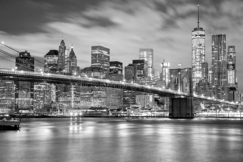 Манхаттан и Бруклинский мост черно-белые, Нью-Йорк стоковые изображения