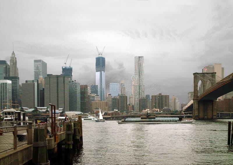 Манхаттан от посадки парома Фултона, Бруклина NYC   стоковые изображения rf