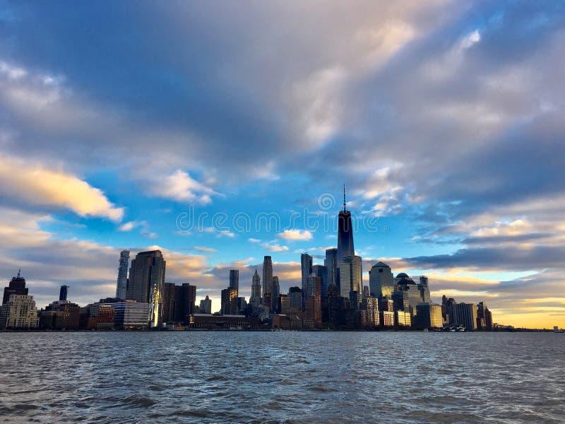 Манхэттен на заходе солнца в Нью-Йорке стоковое изображение rf
