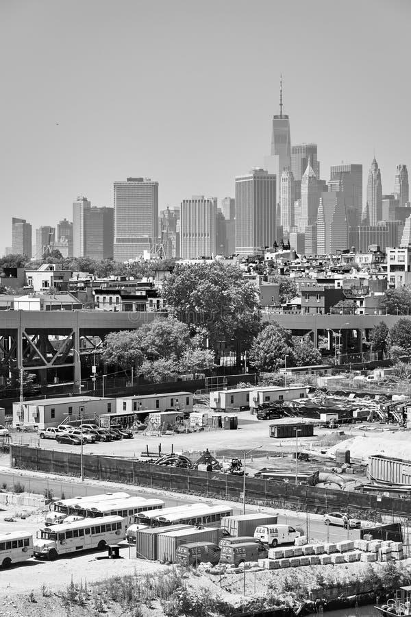 Манхэттен увиденный от района Бруклина промышленного на туманный летний день стоковые фотографии rf