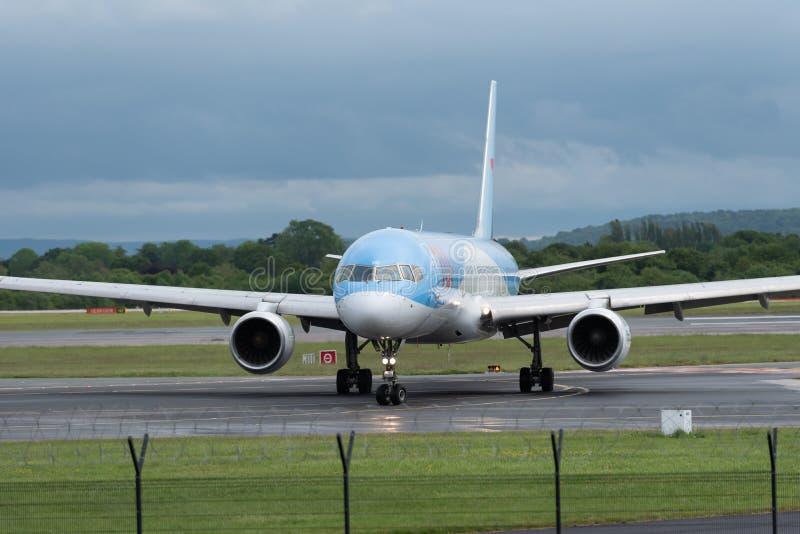 МАНЧЕСТЕР ВЕЛИКОБРИТАНИЯ, 30-ОЕ МАЯ 2019: Полет BY2447 TUI Боинга 757 от Faro поворачивает взлетно-посадочную дорожку 23R в аэроп стоковые изображения
