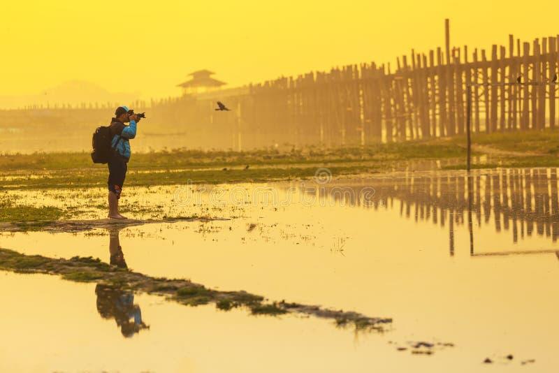 Мандалай, Мьянма 19-ое февраля 2015 Фотографы в поисках стоковые изображения rf