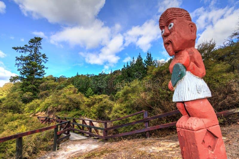Маорийский деревянный высекать в родном лесе Whakarewarewa, Новой Зеландии стоковое изображение