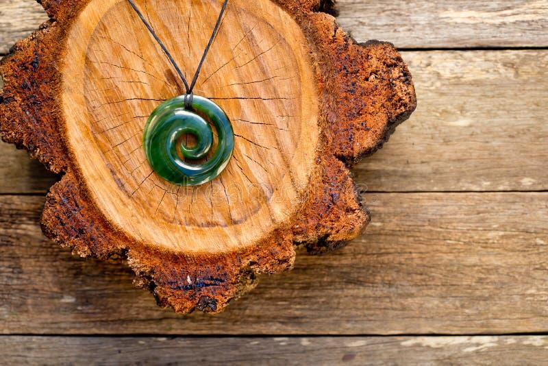 Маорийский нефрит Koru & x28 pounamu Greenstone Новой Зеландии; спиральное fern& x29; sha стоковое фото