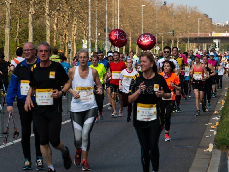 Марафон Бонн столба Deutsche, Германия, 7-ое апреля 2019 Группа в составе бегуны стоковая фотография