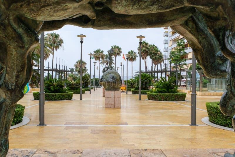 МАРБЕЛЬЯ, ANDALUCIA/SPAIN - 6-ОЕ ИЮЛЯ: Статуи Сальвадором Dali внутри стоковое изображение