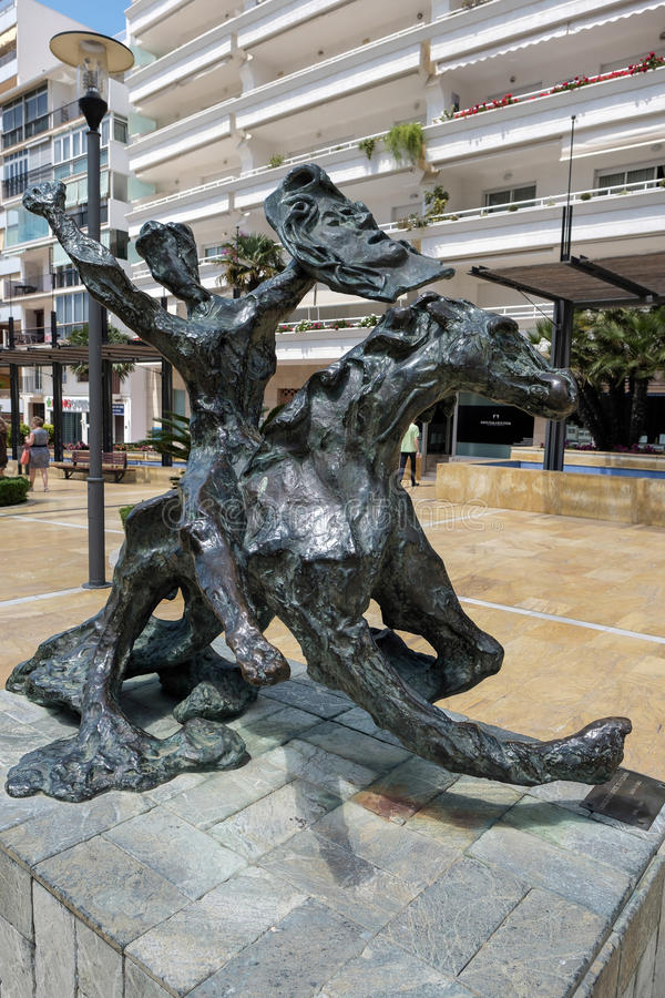 МАРБЕЛЬЯ, ANDALUCIA/SPAIN - 23-ЬЕ МАЯ: Лошадь и жокей спотыкаясь стоковое фото rf