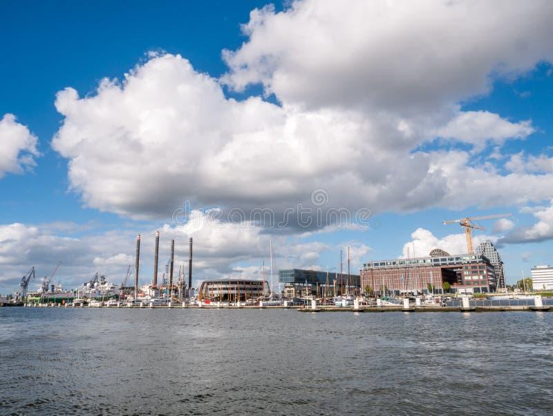 Марина Амстердама и причал NDSM на северном банке реки IJ в Амстердаме, Нидерланд стоковые фотографии rf