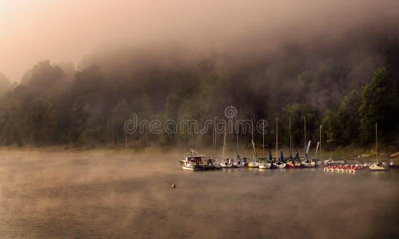 Марина в тумане утра стоковая фотография rf