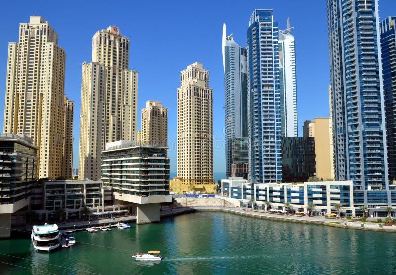 Марина Дубай как новый район Дубай со своими небоскребами, яхтами в солнечном стоковое фото rf