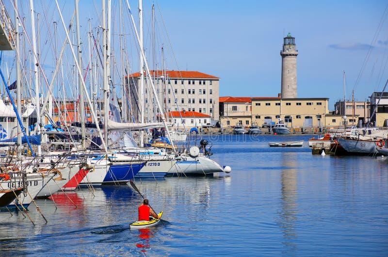 Марина и маяк шлюпки в Триесте, Италии стоковое изображение rf