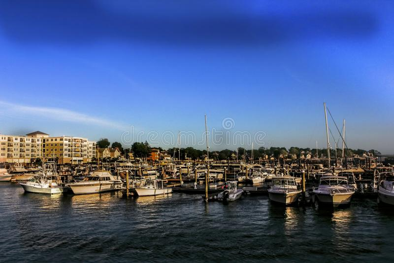 Марина на Revere, Массачусетс с квартирами на заднем плане стоковое фото rf