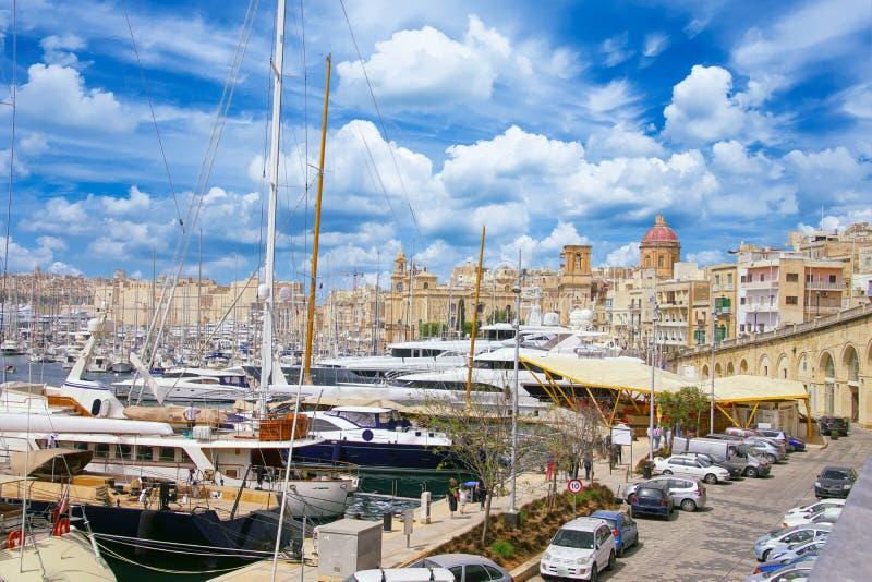 Марина портового района с яхтами и парусниками стоковая фотография rf