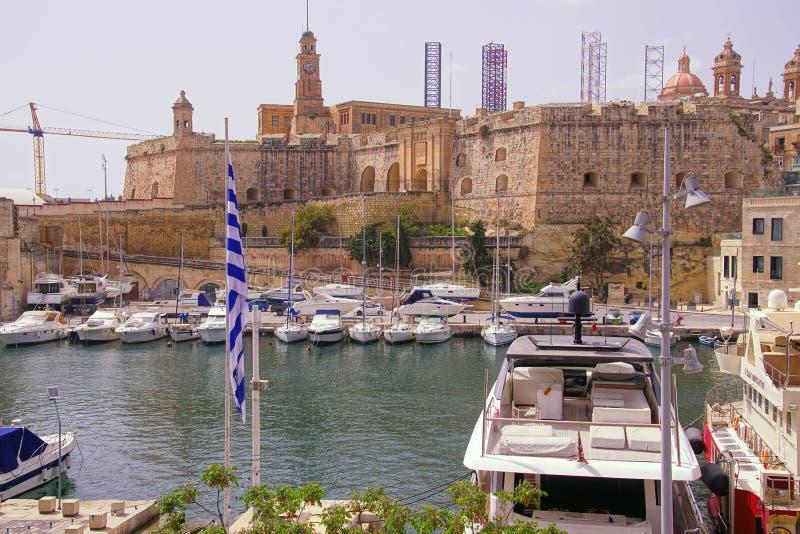 Марина портового района с яхтами и парусниками стоковые фото