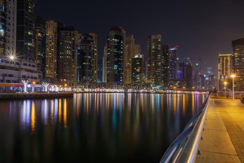 Марина района в Дубай на ноче стоковое фото rf