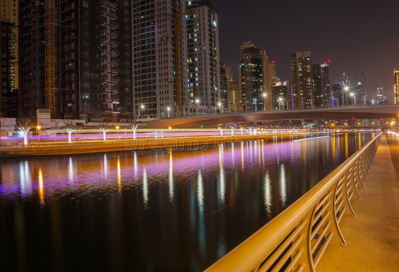 Марина района в Дубай на ноче стоковые изображения rf