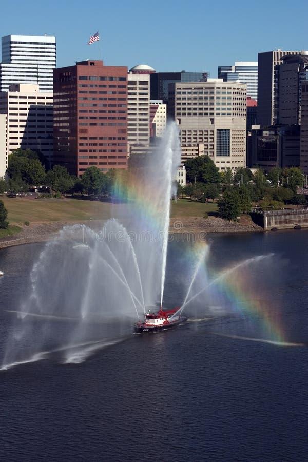Марина фронта fireboat города стоковые изображения rf