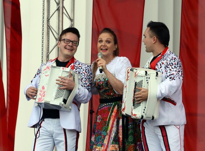 Марина Devyatova певицы и ` Bayan-смешивания ` дуэта выполняют на концерте на день победы стоковая фотография