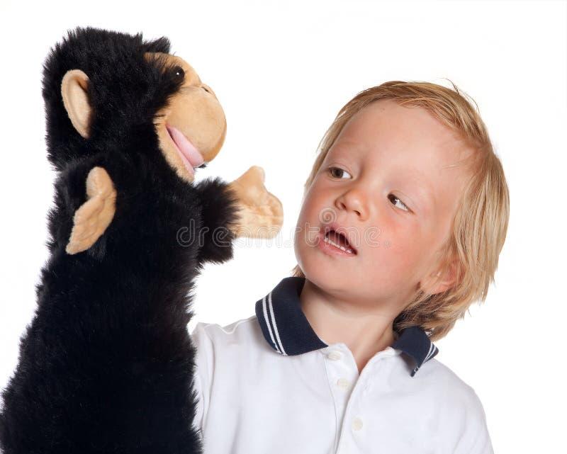 марионетка обезьяны мальчика стоковые фото