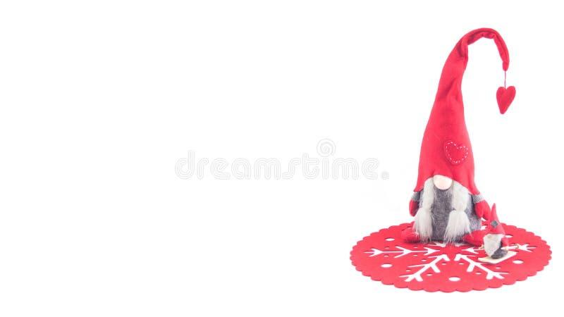 Марионетка Санта Клауса на красном doily, деревянной шерсти стоковое фото