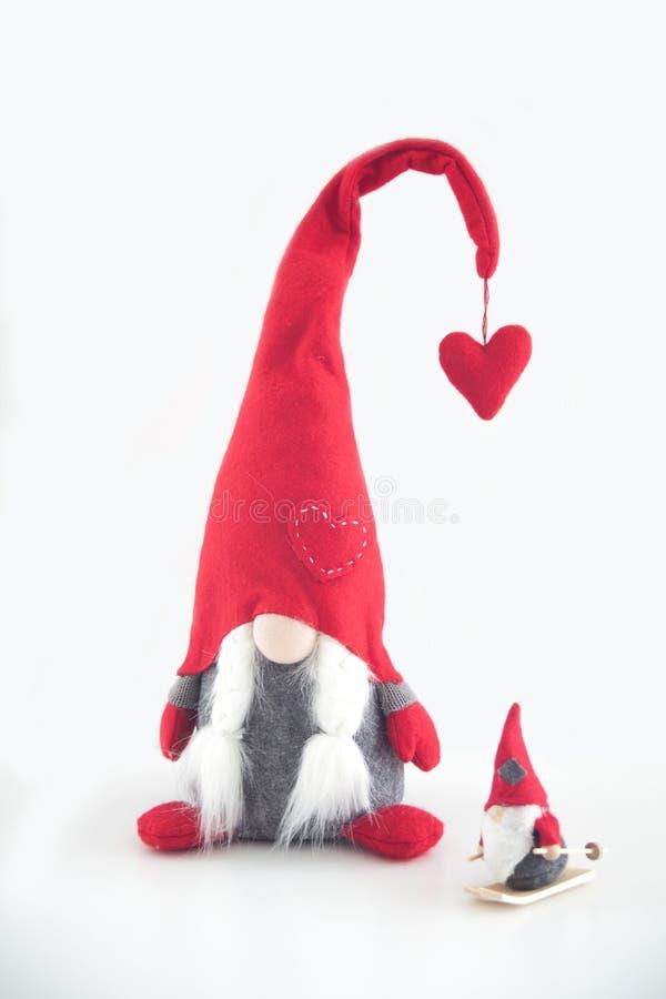 Марионетка Санта Клауса на красном doily, деревянной шерсти стоковые фотографии rf