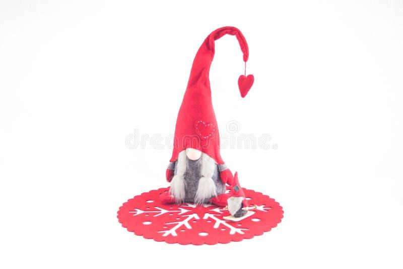 Марионетка Санта Клауса на красном doily, снежинке, деревянной шерсти стоковое изображение rf
