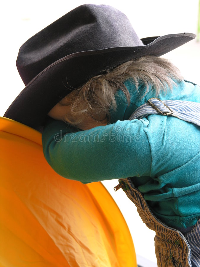 марионетка тыквы мальчика полагаясь стоковое изображение rf