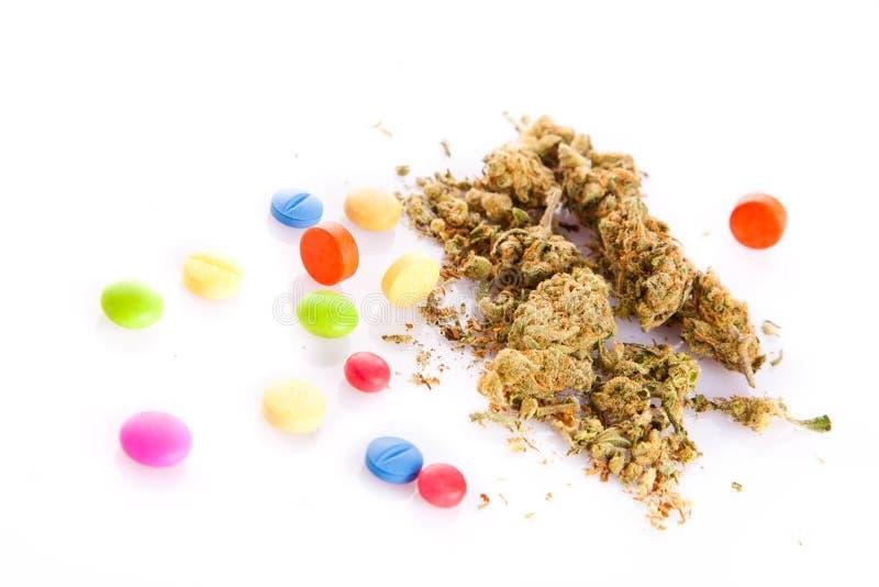 Марихуана и пилюльки изолированные на белых лекарствах предпосылки стоковые изображения rf