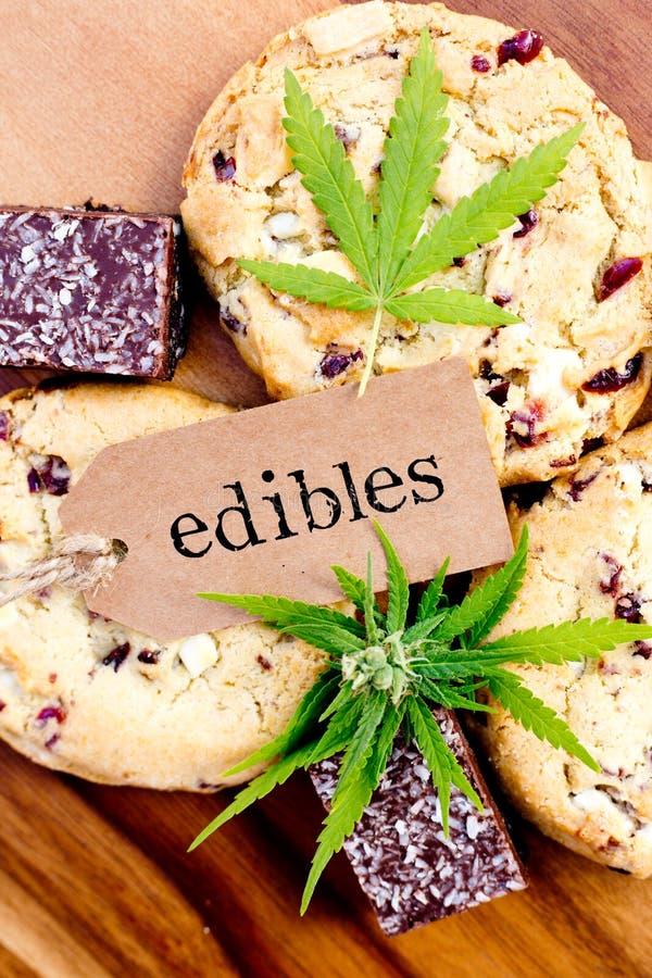 Марихуана - конопля - целебное Edibles - печенья и пирожные кокоса стоковые фотографии rf