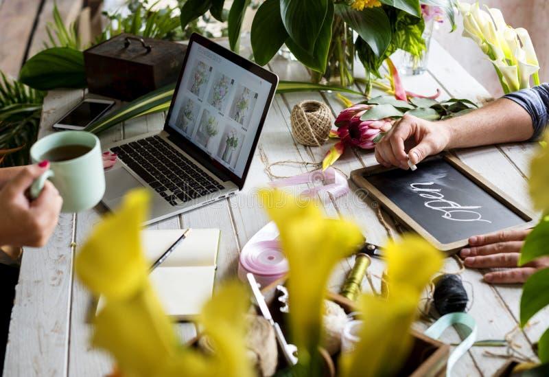 маркетинг цветочного магазина E-дела повышает на социальных средствах массовой информации стоковое фото rf