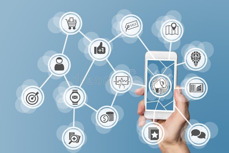 Маркетинг цифров онлайн позволенный мобильным телефоном и социальными средствами массовой информации стоковые изображения