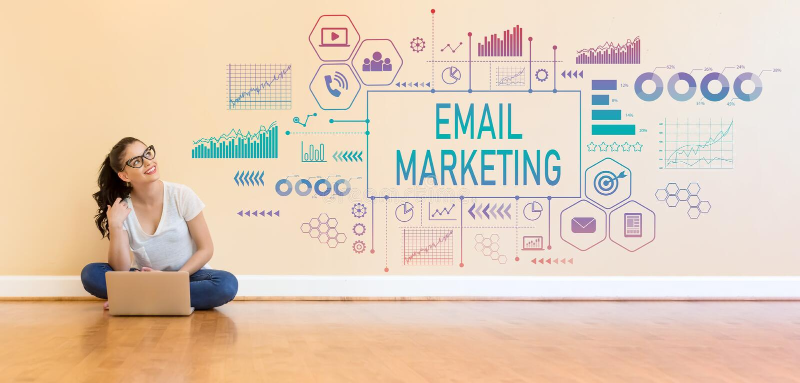 Маркетинг электронной почты при молодая женщина используя портативный компьютер стоковое фото