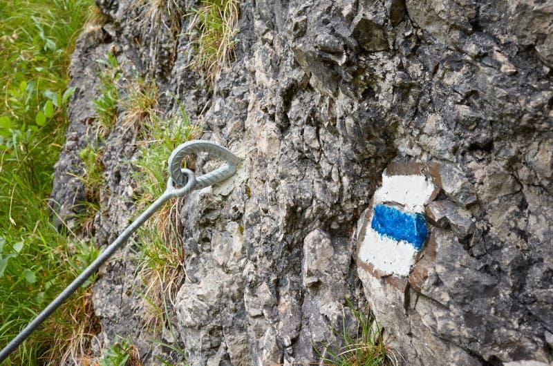 Маркировка синей краски для пеших троп на камне стоковые фотографии rf